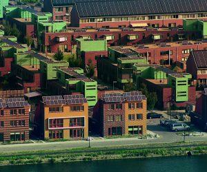 Blick auf ein Wohnquartier, in welchem jedes Haus Solarzellen auf dem Dach hat.